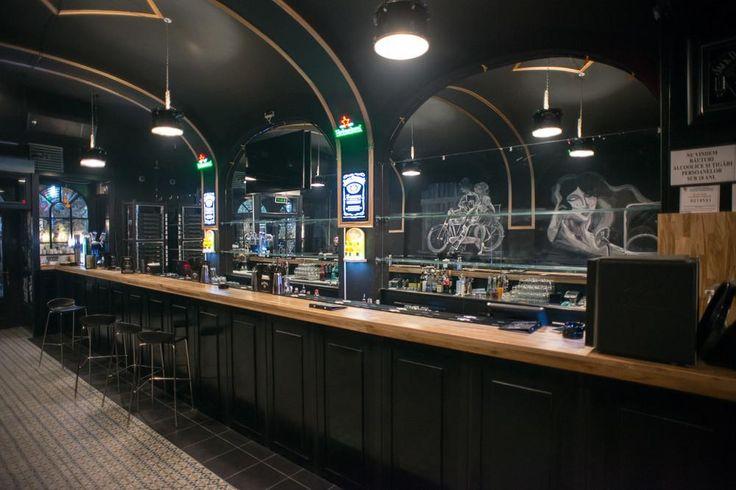 Și Jack's Pub, în Centrul Vechi, anunța că va fi închis în perioada weekendului. Câțiva dintre angajați erau, însă, la muncă. Ne-au deschis ușa și ne-au lăsat să pozăm cum arată barul gol într-o seară de sâmbătă. Trist, normal, cum să fie?!