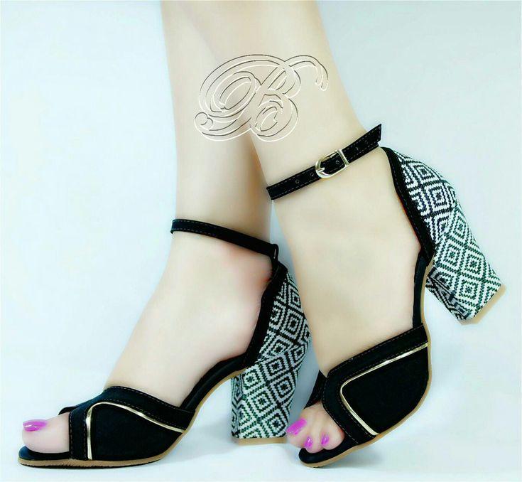 Sandália Bellatotti 11,5 cm de salto e 3cm na meia pata. No tamanho 37. Valor Promocional 125,00.  Enviamos para todo Brasil! Whats 064 9981 6995.