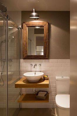 Uso diferente de los #azulejos estilo metro. Queda genial colocar la cerámica a mitad para pintar el espacio sobrante de un tono complementario según el diseño del baño - Imagen de inspiración.