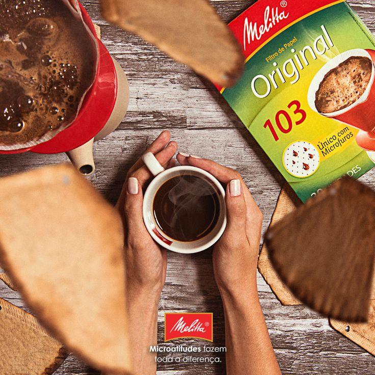 É só o outono começar que as folhas começam logo a cair. Tão rápido quanto passar um café com Filtros Melitta, o único com microfuros que passam rapidinho o melhor do café. ☕️🍂