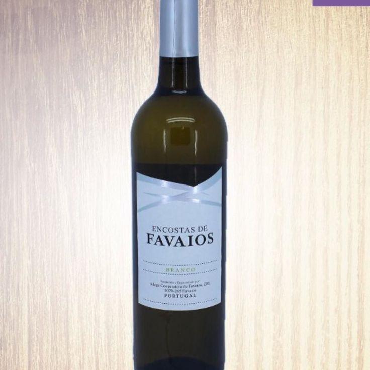 Encostas de Favaios is een heerlijke aromatische witte wijn van wijnhuis Adega de Favaios uit de Douro Noord-Portugal. Deze wijn wordt gemaakt van de Moscatel Galego Malvasia Fina en Codega druiven. Het is een citroengele kristalheldere witte wijn met een fijn aroma van tropisch fruit. Fris droog met een zeer evenwichtige zuurgraad. Goede combinatie met vis schelp- en schaaldieren en salades bij de barbecue of zomaar heerlijk in het zonnetje met een paar zoutjes! Voor slechts 650 per fles te…