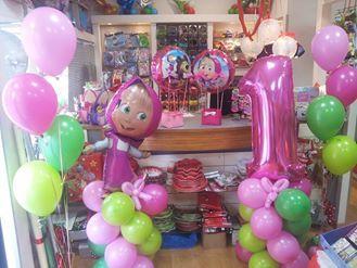 allestimento colonne di palloncini con numero e masha ciuffi di palloni ad elio e mongolfiere con cestino