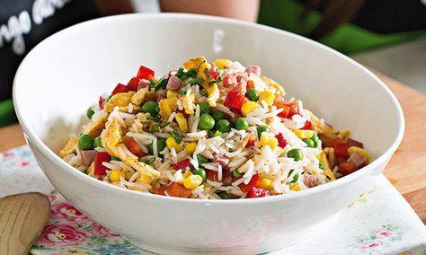 O arroz, sempre versátil, é o protagonista desta salada de arroz que também tem pimento vermelho, ervilhas e fiambre e é uma forma de aproveitar sobras.