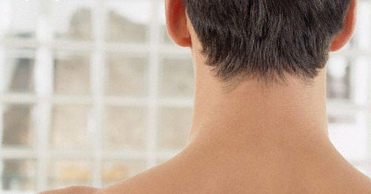 """Como depilar o pescoço de um homem entre os cortes de cabelo. A maioria dos homens precisa de um corte de cabelo a cada duas semanas. No entanto, se este tem um corte muito curto e gosta do jeito que fica à medida que o cabelo cresce, ele pode demorar até seis semanas entre os cortes. Nesse caso, é importante manter a nuca bonita e aparada para não parecer um """"poodle"""", enquanto seu cabelo cresce. Neste ..."""