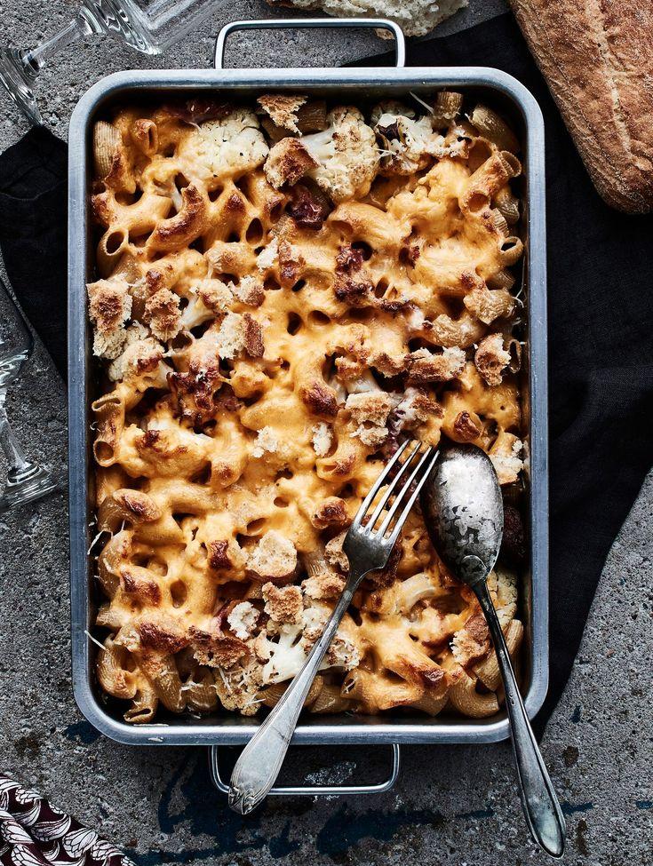 Kylmän illan toiveruokalistalla on tuhti ja pehmeä mac & cheese, jossa maistuvat paahdettu kukkakaali ja pekoni. Helppo gratiinikastike valmistuu...