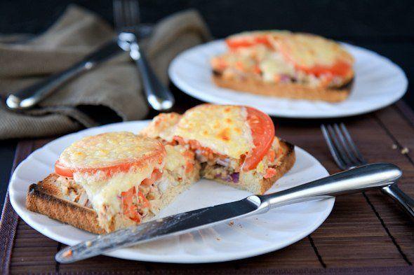 Запеченные бутерброды с тунцом и хумусом