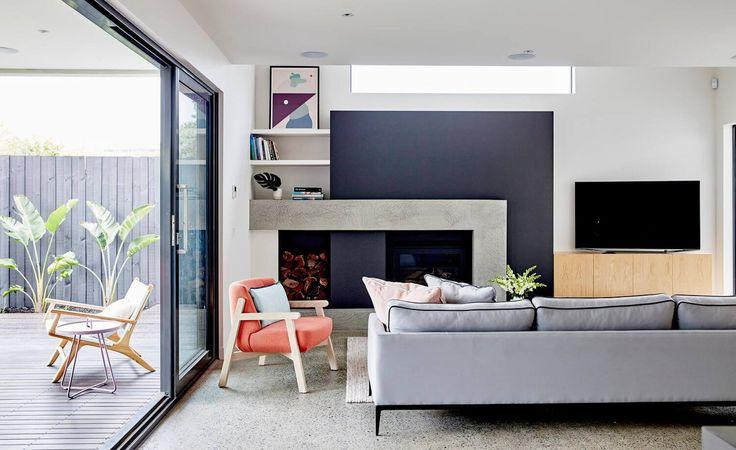 Sala de estar com piso de granilite, sofá cinza lareira contemporânea, poltrona laranjada, parede azul escuro. Casa Art Decoração de interiores por Archer Interiors