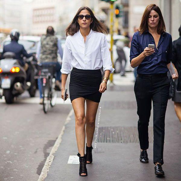 A stylist Capucine Safyurtlu aposta em um look nada básico de saia preta e blusa branca. O sapato aberto na frente deu um up no visual.