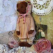 Купить или заказать Грушенька в интернет-магазине на Ярмарке Мастеров. Грушенька - Марфушина любимая подруга и соседка, обе гоголевские девушки. Грушенька тоже замечательная хозяйка, особенно она любит возиться в саду. Помимо вишен и смородины, Грушенька выращивает много-много сортов пионов и роз, и ее маленький голубой домик на берегу реки кажется совсем сказочным в цветах. Грушенька - крупная девушка, 30 см ростом, сшита из немецкой вискозы, набита опилками и утяжелена металлическим…