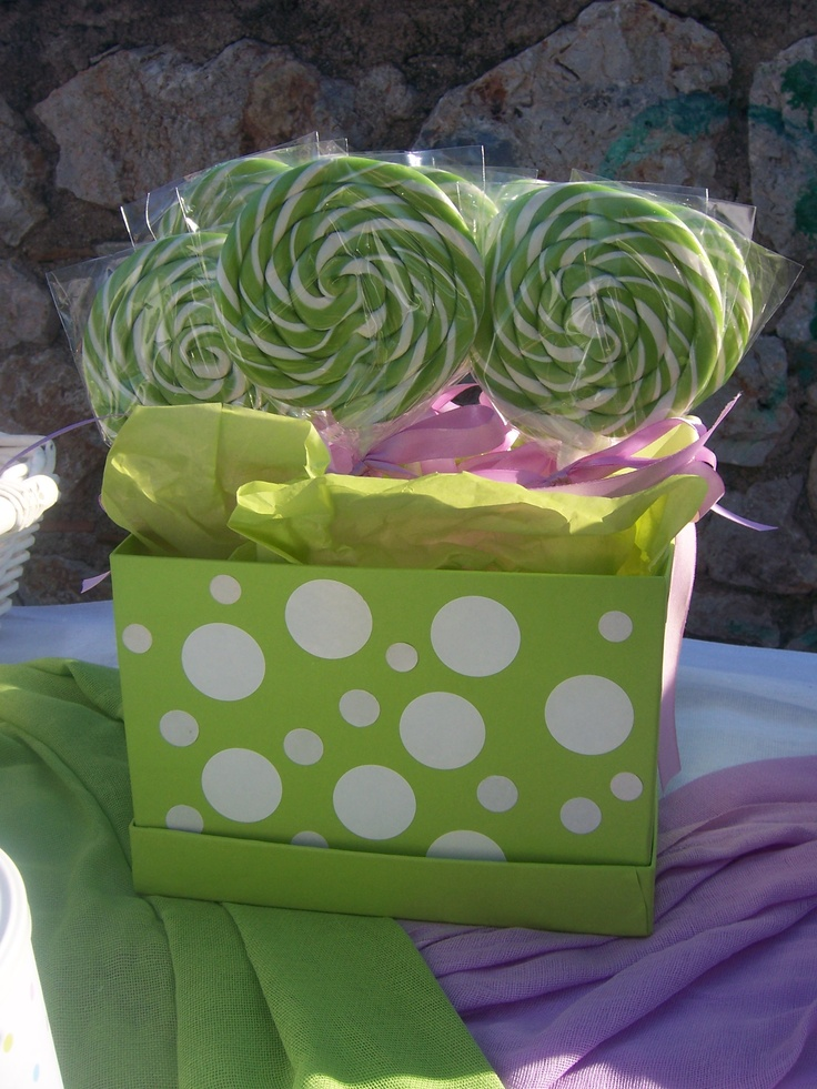 Γλειφιτζούρια με lime & λευκό χρώμα σε ένα κουτί για διακόσμηση του τραπεζιού της βάπτισης.