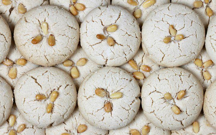 Sırada; kolayca hazırlanan lezzetli kurabiye tariflerinden tahinin belki de en çok yakıştığı ve adını verdiği tahinli kurabiye tarifi var.