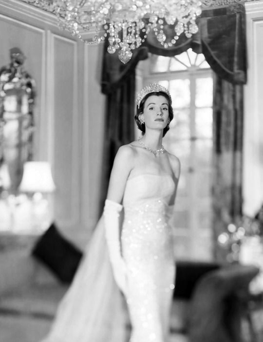 Wenda Parkinson wearing a Norman Hartnell gown, 1950, photo by Norman Parkinson for British Vogue