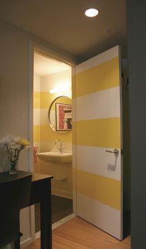 Adorei a ideia das listras neste lavabo, pintando até a porta para dar continuidade a elas.