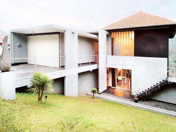 Rumah dengan Kontur Tanah Miring Modern