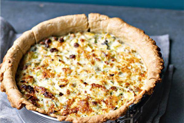 Preitaart met ricotta, pijnboompitten en rozijnen. Dit vegetarische recept komt uit Het Meat Free Monday kookboek van Mary, Paul en Stella McCartney.