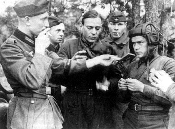 Немецкий солдат делится сигаретой с советским танкистом. Польша. Вторая мировая война. Сентябрь 1939г.