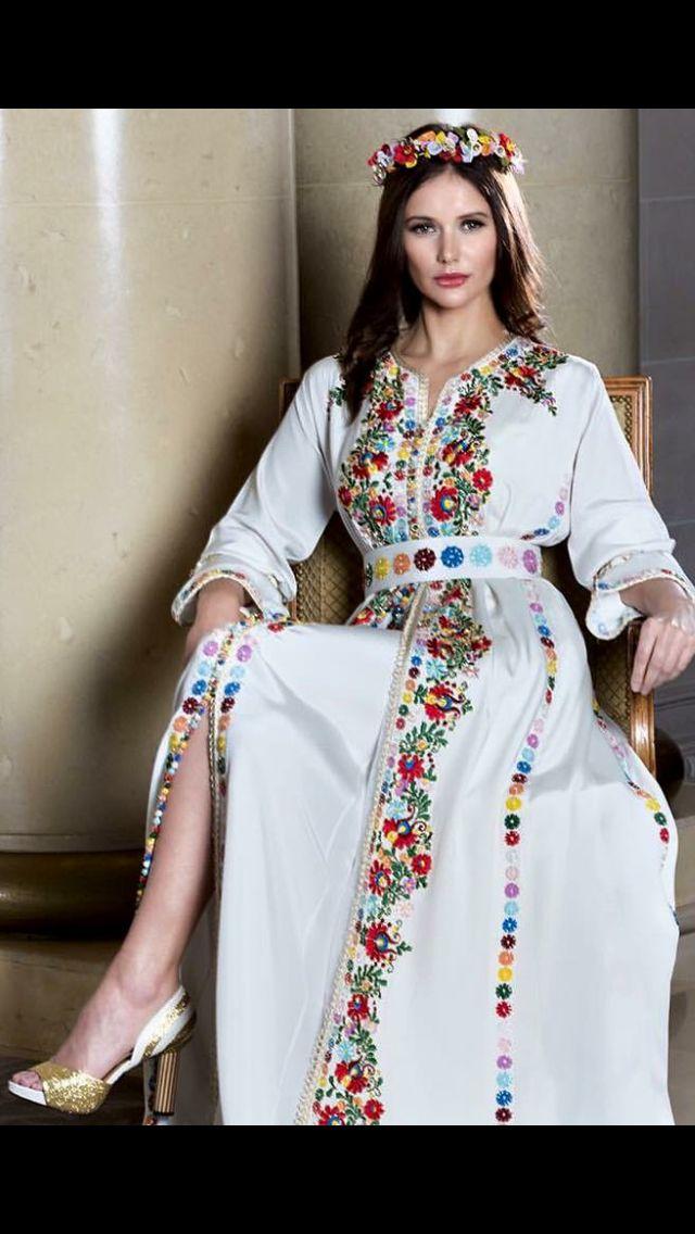 Caftan blanc faisant ressortir le beau travail de couture et de perles