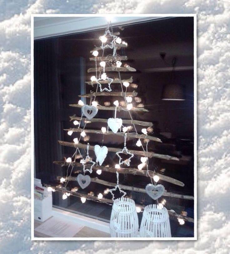 raamdecoratie voor de kerst - leuke boom, door simpel wat takken op te hangen, en deze te versieren met lampjes en kerstversiering