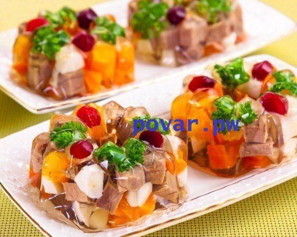Порционное заливное мясо или язык  Ингредиенты - 300 г говядины (вырезки) или говяжьего языка - 20 г желатина - 200 г моркови - 100 г лука - 2 куриных яйца, вареных вкрутую - лавровый лист - перец горошек - соль - зелень - клюква для украшения  ПРИМЕЧАНИЕ. Вместо говядины или говяжьего языка можно взять куриное филе или филе индейки, фазана. По вкусу, можно добавить любые овощи, например, зеленый горошек. Морковь можно нарезать не кубиками, а звездочками или иными фигурками - см. Карвинг-2 и…