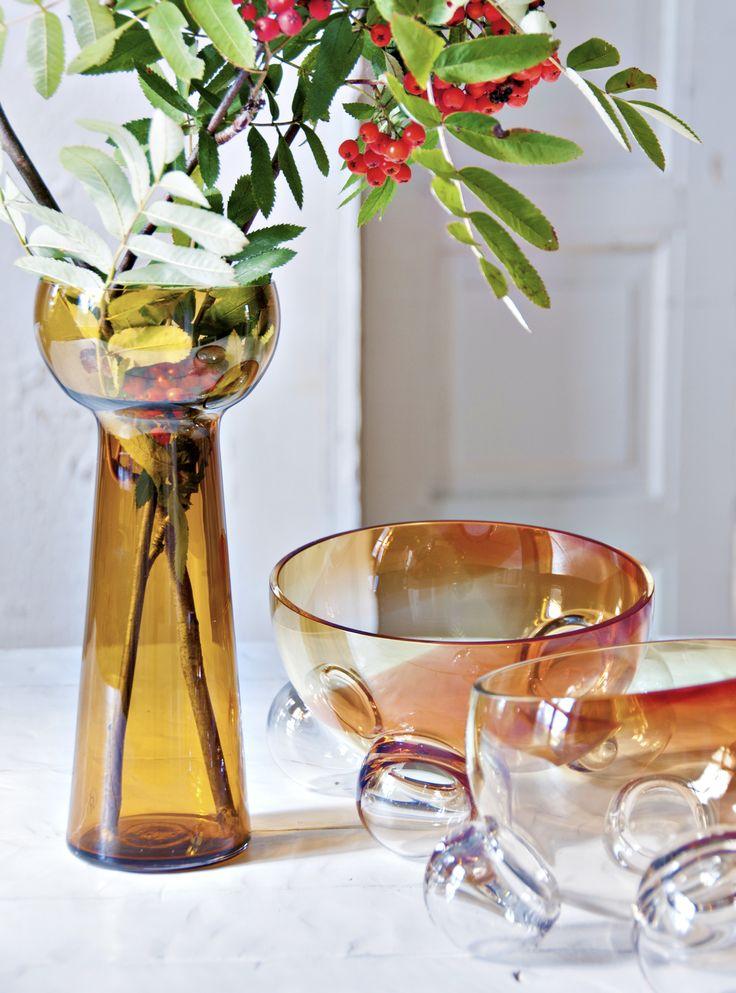 """Lasismin pöydältä löydät ajattomat kotimaiset lasiesineet. Kaikki tuotteet ovat käsinpuhallettuja Riihimäen vanhalla lasitehtaalla. Myymme myös kauniita kuuseen tai ikkunaan ripustettavia lasipalloja sekä uutuustuotteina """"Inka"""" apinakoruja joiden tuotosta osa menee hyväntekeväisyyteen.  Lue lisää www.lasismi.fi"""