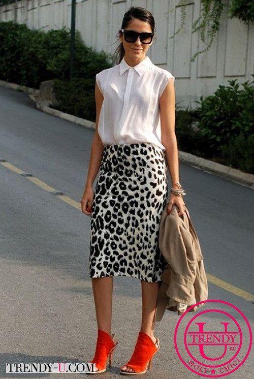 Белая юбка цветная блузка