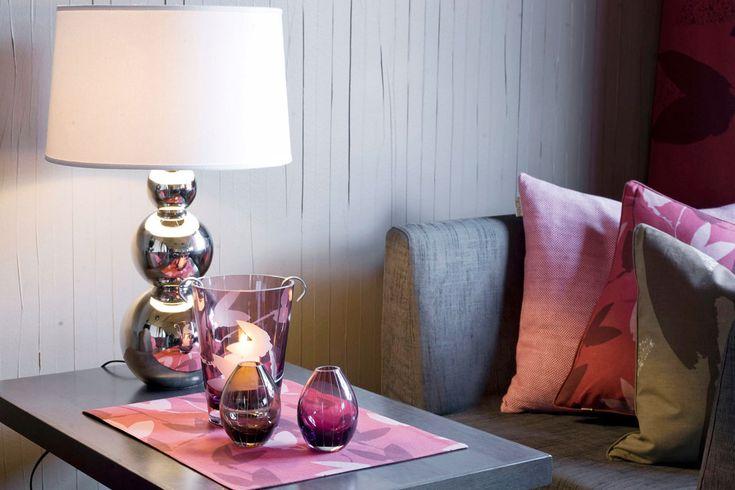 Rondo-valaisimen jalka, väriä sisustuksessa harmaan sohvan kanssa