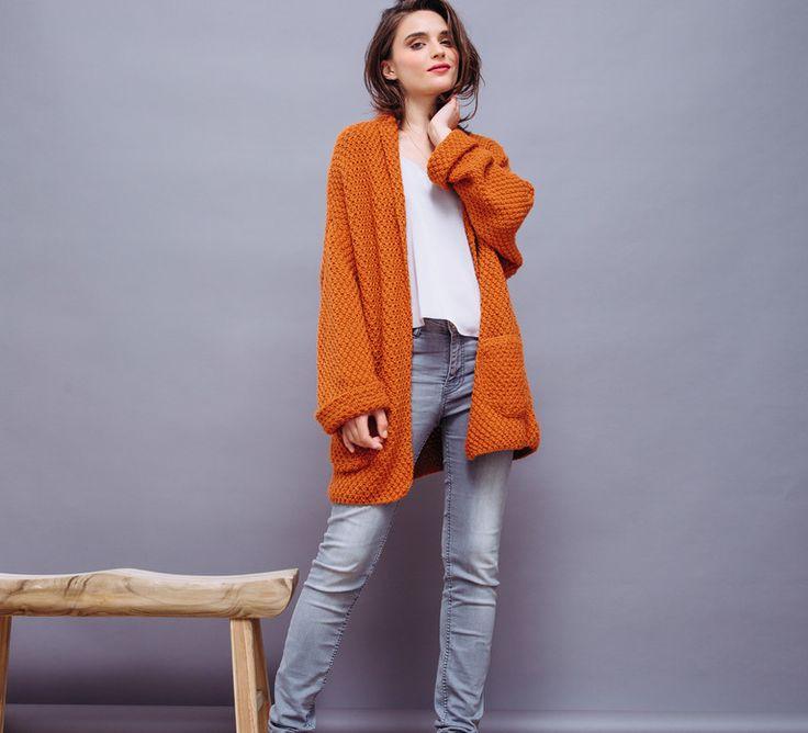 Osez la couleur avec cette veste oversize en Laine PARTNER 6 coloris orange curry. Cette veste va illuminer vos tenues hivernales avec son côté pep's !Modèle n°23 du catalogue n°135, femme, automne-hiver 2016/2017