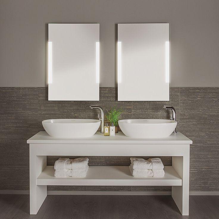 Delikat speil med integrerte lysfelt og snorbryter til baderommet fra Astro Lighting. Utført med ramme i polert krom og sandblåste detaljer på speil. Speilet har god høyde, men er smalt og passer derfor ypperlig for trange bad.