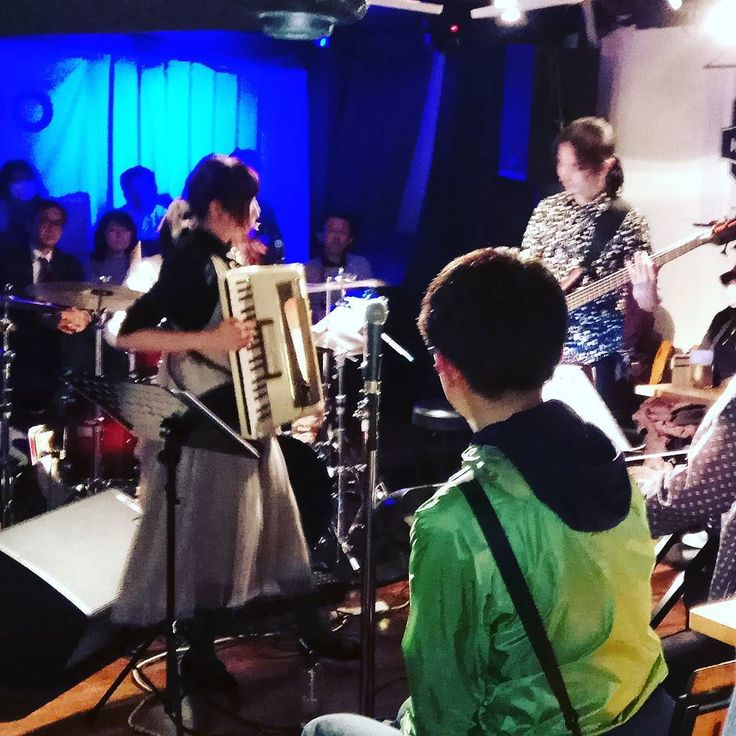 昨日はお初の #taika ライブでした アコーディオンフロントのなかなかない編成のバンドです 真ん中にステージ観客が周りを取り囲む円形劇場面白い試みでした それぞれの楽器が自己主張しながらのギリギリで紡いでいくハーモニーがなかなかない体験で興味深かったです 7月にもライブあるそうで対バンの#ptf もまた未訪なので行ってみようかな #progressiverock #yotsuya