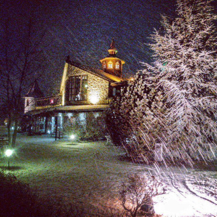 Die ersten richtigen Schneeflocken fallen und bedecken alles in unschuldigen Weiß <3  #Schneeflocken #schnee #kuscheln #kuschelwetter #Seeschlösschen #senftenberg #brandenburg #lausitz #winter #snow #snowflakes #kalt #beautiful #beauty #travel #wellness