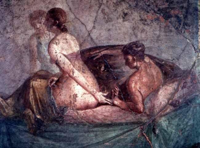 Seppellendola, nel 79 D.C., sotto metri di cenere e lapilli, il Vesuvio ha reso Pompei immortale, trasformandola in un incomparabile documento che ci consente di rivivere il modo in cui gli antichi Romani intendevano e vivevano la sessualità.  #sextoysenellarte #sextoys #arte #vibratori #affreschi #pompei