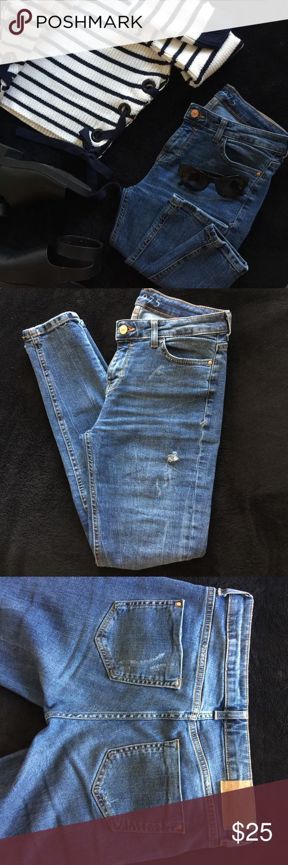 Zara Distressed Jeans Used two times, true to size, it has lots of stretch, small imperfection near the back tag, minimal distress, medium to light wash💖 Zara Jeans Skinny