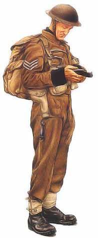 Sergent Commando No1, HMS Campbeltown, 1942 Le commando illustré ci-dessus est vêtu d'une tenue de combat kaki, de guêtron grattés et de brodequins à semelles de caoutchouc. Sous sa vareuse, il porte un pull-over à col roulé de la marine et un gilet de sauvetage (dont on aperçoit le tube qui servait à le gonfler). Son sac à dos est rempli d'explosif, tandis que ses cartouchières ventrales contiennent des grenades et des munitions pour son pistolet Browning semi-automatique, dans son étui.
