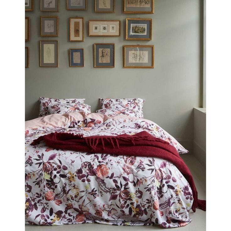 Essenza Dekbedovertrek Verdi Cream. Een romantisch Essenza dekbedovertrek Verdi. Het dekbedovertrek is versierd met de mooiste bloemen in prachtige paars roze tinten. Word vrolijk wakker met dit fleurige overtrek! De achterzijde heeft een subtiel streepjes motief in een mooie oudroze kleur, leuk om eens af te wisselen!