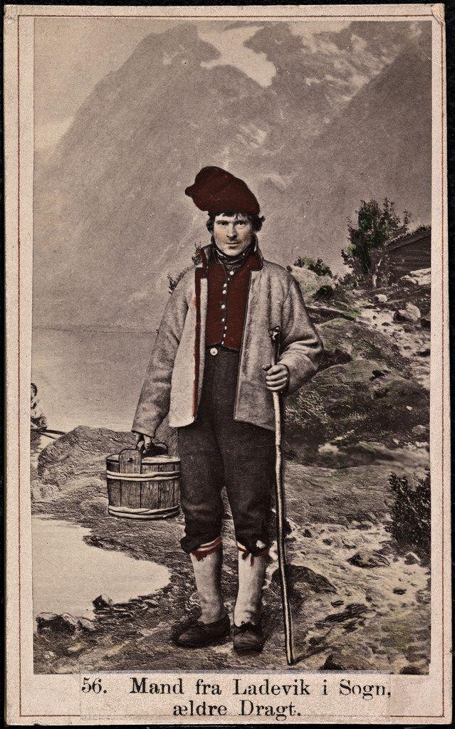 Beskrivelse / Description: Drakt fra Lavik (Høyanger, Sogn og Fjordane). Visittkort / Carte de visite. Dato / Date: ca. 1860-1870  Fotograf / Photographer: Marcus Selmer (1819-1900) Digital kopi av original  / Digital copy of original: s/h papirkopi, kolorert, visittkort Eier / Owner Institution: Nasjonalbiblioteket / National Library of Norway Lenke / Link: www.nb.no Bildesignatur / Image Number: bldsa_FA0500