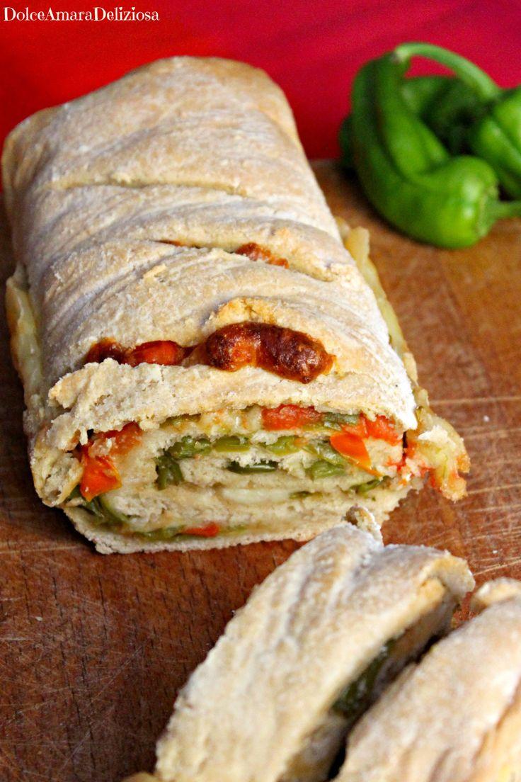 Pane ripieno con friggitelli, pomodori e caciotta