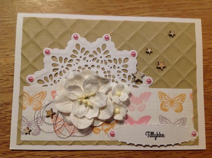 """Tillykke"" kort. Dies: memorybox Palace oval frame, Spellbinder Delicate doilies"