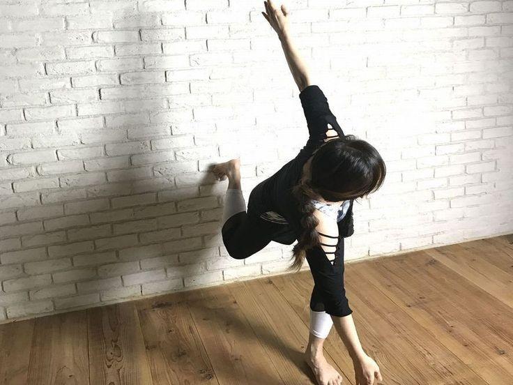 壁を活用した「壁トレ」で、左右差を意識しながら自重をコントロールすることで、通常の腹筋よりも効率よく効果的にくびれを作る方法を紹介します!