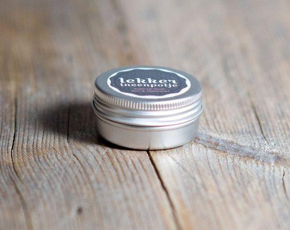 Mooie natuurlijke zachte lip scrub. Uitstekende uitvalsbasis voor lippenstift, maakt je lippen super glad. Momenteel komt in twee smaken: -Rose