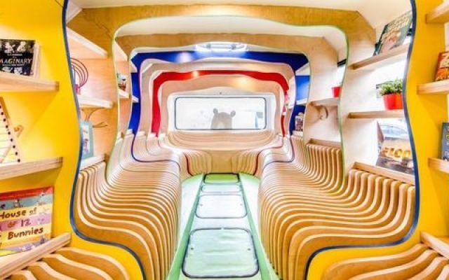 """Russ The Bus: la biblioteca mobile È l'originale trovata degli organizzatori del Sidney Writers Festival. Si chiama """"Russ The Bus"""" e servirà ad invitare i più giovani alla lettura. Più di 750 libri su 25 metri di scaffali a disposizio #libri #libreria #bus #lettura #bambini"""