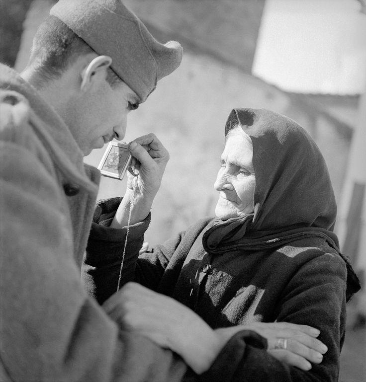 Στρατιώτης με τη μητέρα του πριν την αναχώρηση για το αλβανικό μέτωπο