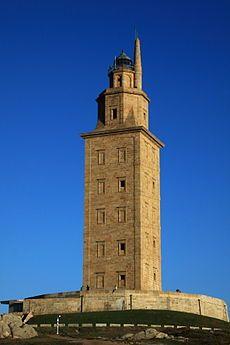 La tour d'Hercule est un phare romain situé sur un cap, face à l'océan Atlantique, dominant l'entrée de la ria donnant sur le port de La Corogne, en Galice (Espagne). Le port antique de Brigantium a été renommé au XIIe siècle Ad Columnam, c'est-à-dire La Colonne ou la Tour (du phare), dont dérive directement le nom actuel de La Corogne (dont la forme galicienne « A Coruña » est le nom officiel en Espagne)Il est le seul phare romain et le plus ancien phare au monde en fonctionnement de nos…