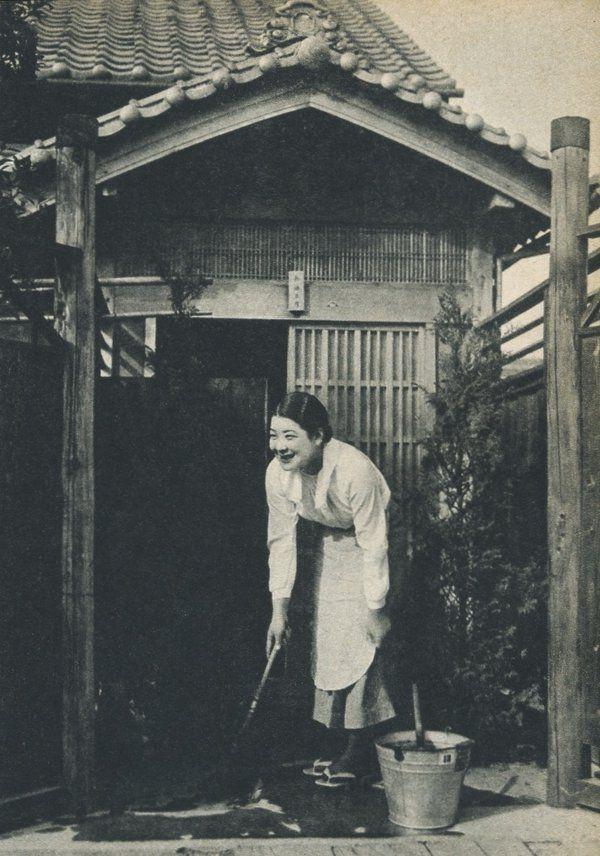 自宅前を掃除する前畑秀子。戦前~戦後のレトロ写真(@oldpicture1900)さん | Twitter