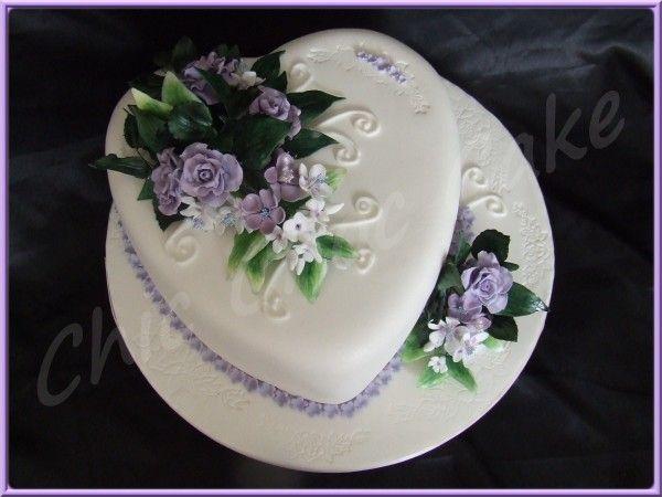 G teau d 39 anniversaire en forme de coeur et fleuri avec des fleurs faites - Coeur avec des fleurs ...