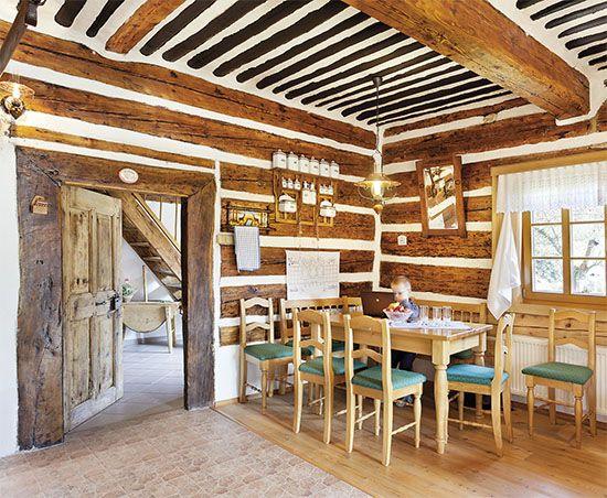 Pod nánosem nátěrů objevil Jiří na dubových futrech dataci – r. 1790. Stejné číslo bylo i na štítu, ale babička tvrdila, že jde o datum rekonstrukce, chalupa prý je mnohem starší. V rohu u dveří je stůl, který je využíván jako pracovní, rodina jí u druhého stolu stojícího ve středu místnosti
