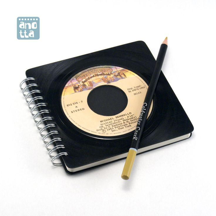 Libreta hecha a mano reciclando un viejo single de vinilo en mal estado de «Michael Sembello».