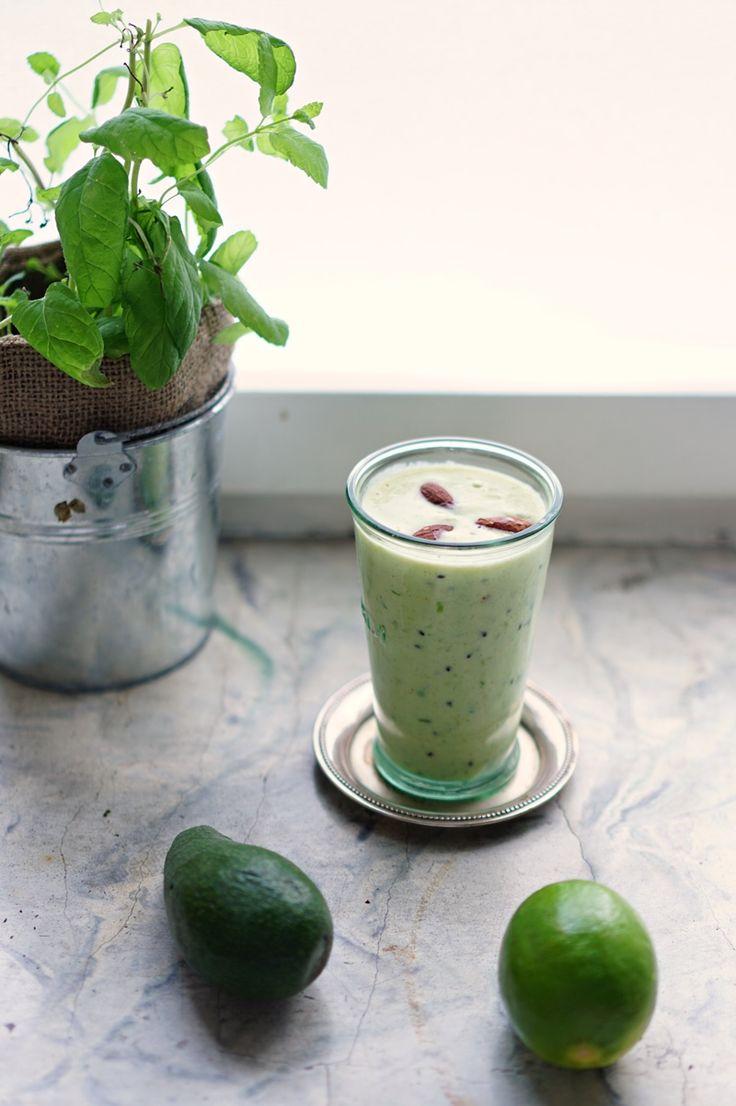 Avocado kiwi smoothie // lumo lifestyle