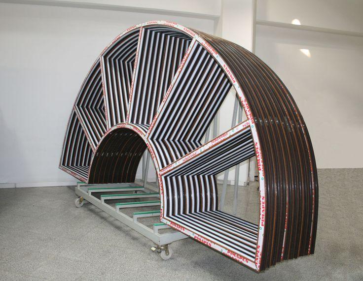 5.500 m2 kapalı alanda kurulu fabrikamızda özel tip Kemerli Doğrama üretimi yapılmaktadır.
