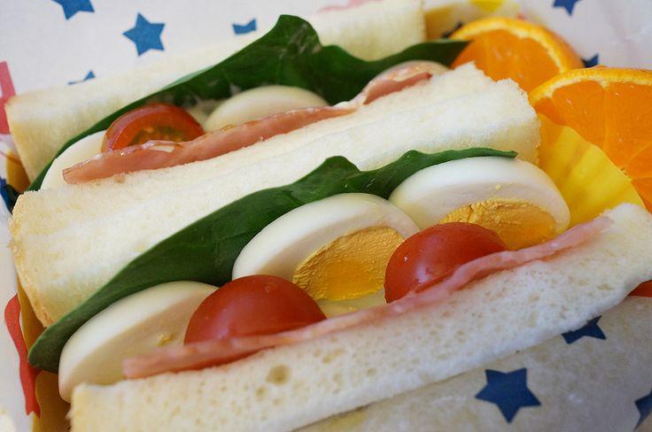 浅野屋のパンでサンドイッチ。 ベーコン、卵、ほうれんそう、トマト。 みかんとほうれんそうは祖谷から持ち帰ったもの。 20150212DSC02671