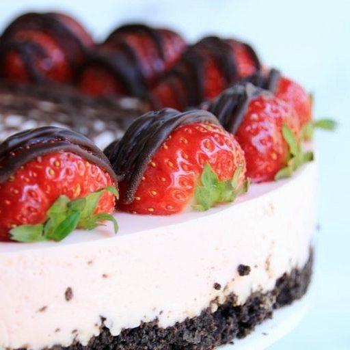 Aardbeien chocolade kwarktaart • er staat weer een super lekker recept van mijn hand op @elisejoanne_nl d'r blog! Makkelijk, lekker en je hebt geen oven nodig! #kwarktaart #aardbeienkwarktaart #chocolade #bakken #oreos #foodie #lifestyleblogger #sanneschrijftstukjes